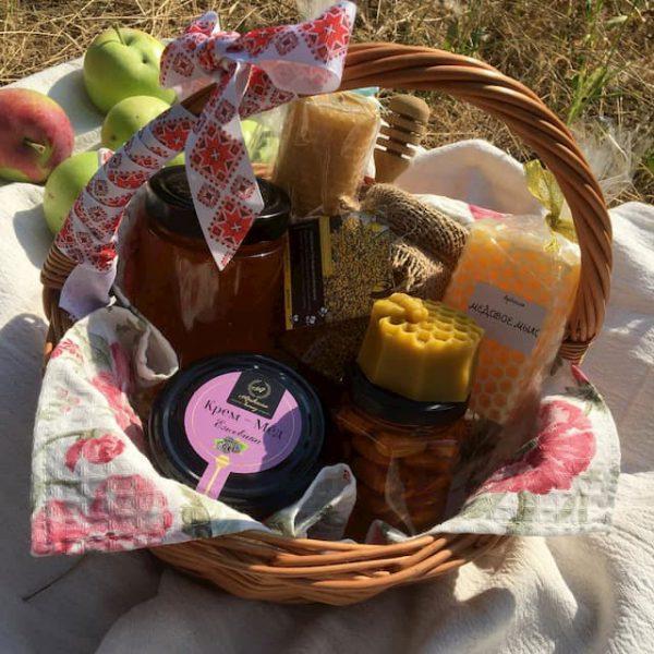 Подарочная корзина с продуктами